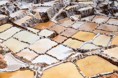 MARAS, REGIÃO DE CUSCO, PERU 6 DE JUNHO DE 2013: As minas de sal de milhares de Maras- de lagoas quadrado-dadas forma desiguais p fotos de stock