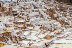 MARAS, REGIÃO DE CUSCO, PERU 6 DE JUNHO DE 2013: As minas de sal de milhares de Maras- de lagoas quadrado-dadas forma desiguais p foto de stock royalty free