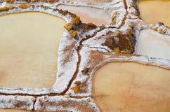 MARAS, REGIÃO DE CUSCO, PERU 6 DE JUNHO DE 2013: Vista detalhada sobre as bandejas de sal de Maras fotos de stock royalty free