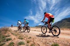 Maratón a campo través de la bici de montaña de la aventura Imagen de archivo