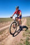 Maratón a campo través de la bici de montaña de la aventura Foto de archivo