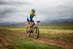 Maratón a campo través de la bici de montaña de la aventura Fotos de archivo