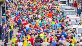 Maratón corriente de la gente medio Imagen de archivo libre de regalías
