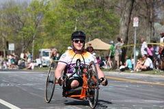 maratón de Boston del corredor del Mano-ciclo Foto de archivo