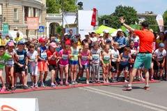 Maratón de los niños, línea de salida Niños de los corredores de maratón en el día de verano soleado Imagen de archivo