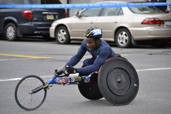Maratón 2014 de New York City del corredor de la silla de ruedas Fotos de archivo