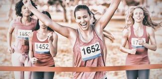 Maratón del cáncer de pecho de la morenita que gana que anima fotos de archivo libres de regalías
