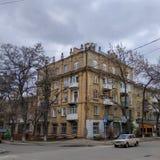 Ένα παλαιό κατοικημένο κτήριο στην οδό Marat σε Kramatorsk στοκ φωτογραφία