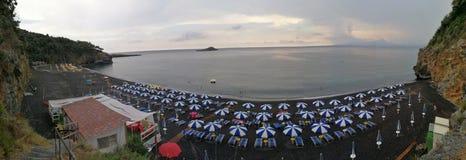 Maratea - överblick av den svarta stranden arkivfoton