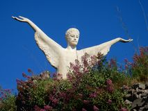 Maratea - Statue des Erlösers Christus unter den Blumen Stockfoto