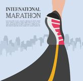 Marathon courant de ville les pieds de coureur d'athlète fonctionnant sur le plan rapproché de route sur la chaussure dans la vil Photos stock