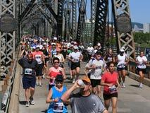 Marathon croisant la passerelle entre provinces image libre de droits