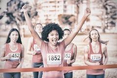 Marathon de gain encourageant de cancer du sein de jeune femme photographie stock libre de droits