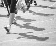 Marathon de pulser brouillé de personnes de foule de mouvement extérieur Photo stock