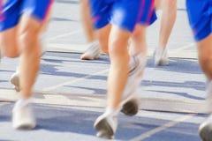 Marathon de pulser brouillé de personnes de foule de mouvement extérieur Image stock