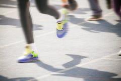 Marathon de pulser brouillé de personnes de foule de mouvement extérieur Photographie stock libre de droits