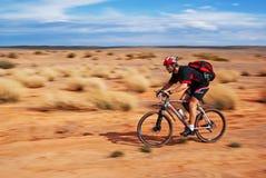 Marathon de vélo de montagne d'aventure dans le désert images libres de droits