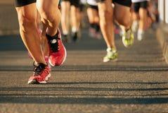 Marathon fonctionnant à la lumière de la soirée Photographie stock