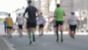 Marathon-L?ufer dr?ngen Ansicht- von untenbeine heraus weg von Focuss stock footage