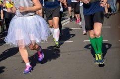 Marathon lopend ras, pretlooppas, mensenvoeten op weg Stock Foto