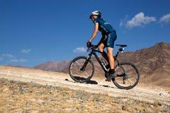 Marathon transnational de vélo de montagne d'aventure photo libre de droits