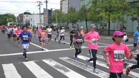 Marathonagenten van zich over de hele wereld het verzamelen bij de Internationale gebeurtenis stock videobeelden
