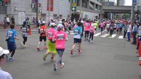 Marathonagenten van zich over de hele wereld het verzamelen bij de Internationale gebeurtenis stock video
