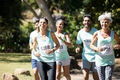 Marathonathleten, die in den Park laufen stockfoto