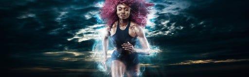 Marathonien de femme Sprinter sportif fort, courant sur le fond foncé portant dans les vêtements de sport Forme physique d'énergi photos libres de droits