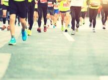 Marathoniens fonctionnant sur la route urbaine Photos libres de droits