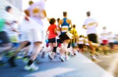 Marathoniens fonctionnant sur la rue Photographie stock