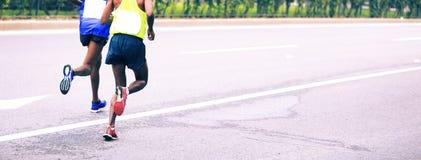 Marathoniens fonctionnant sur la ville Photographie stock libre de droits