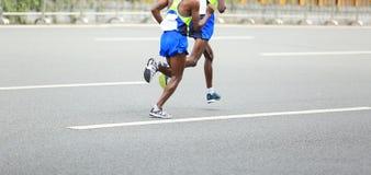 Marathoniens fonctionnant sur la ville Image stock