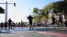 Marathonläufer in der Stadt - Marseille-Cassis 2018 stock video