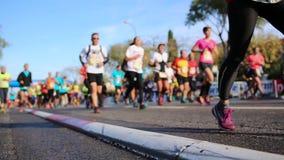 Marathonläufer in der Stadt - Marseille-Cassis 2018 stock video footage