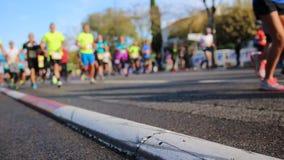 Marathonläufer in der Stadt - Marseille-Cassis 2018 stock footage