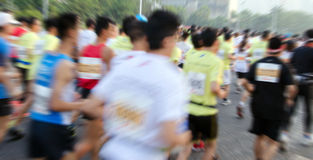 Marathonläufer, die auf der Straße laufen Lizenzfreie Stockfotografie