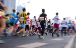 Marathonläufer, die auf der Straße laufen Stockfoto