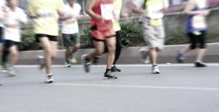 Marathonläufer, die auf der Straße laufen Stockbild