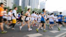 Marathonläufer, die auf der Straße laufen Lizenzfreie Stockfotos