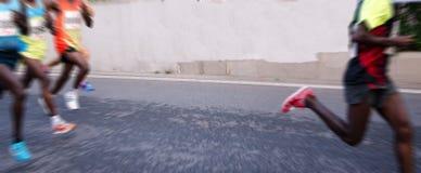 Marathonläufer, die auf der Straße laufen Lizenzfreie Stockbilder