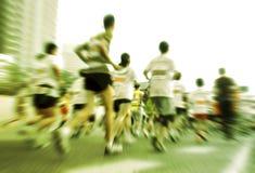 Marathonläufer, die auf der Straße laufen Lizenzfreies Stockfoto
