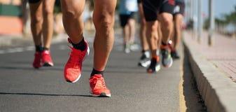 Marathonläufer, die auf Stadtstraße laufen Stockfotografie