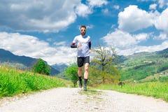 Marathonläuferzüge in einem Gebirgsschotterweg stockfoto