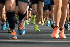 Marathonlaufenrennen, Läuferfüße auf Straße Lizenzfreie Stockbilder
