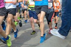 Marathonlaufenrennen, viele Läuferfüße auf Straßenrennen, Sportwettbewerb Stockbilder