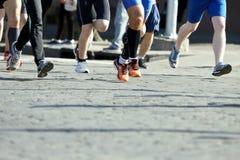 Marathons de course d'athlètes sur le trottoir Images libres de droits