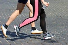 Marathons de course d'athlètes sur le trottoir Images stock