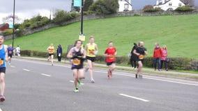 Maratońscy biegacze gdy one blisko Wykończeniowej linii zdjęcie wideo