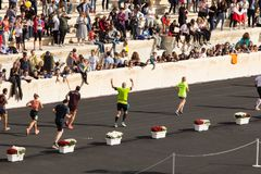 Maratońskiego biegacza odświętność tuż przed metą fotografia royalty free